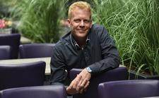Roeland Harten ervaart bij zijn doop dat hij niet meer de regie over zijn leven hoeft te hebben. God heeft dat. Foto: Marchje Andringa