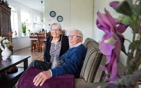 Annie (87) en Jacob (89) Rijpma uit Oentsjerk kennen elkaar eigenlijk al hun hele leven en zijn morgen 65 jaar getrouwd.