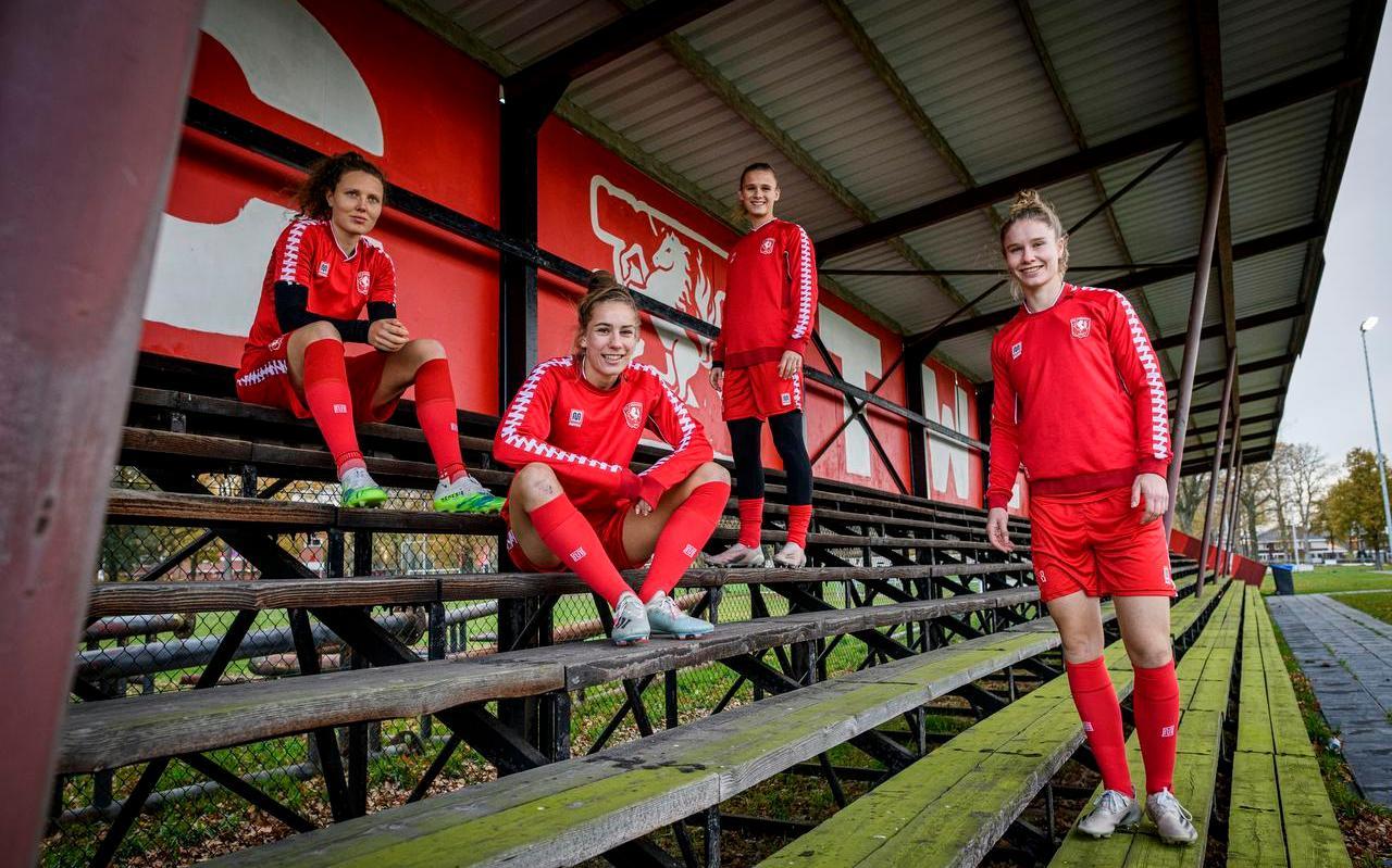 De vier Friezinnen van eredivisionist FC Twente met vanaf links Fenna Kalma, Lysanne van der Wal, Kerstin Casparij en Sisca Folkertsma.