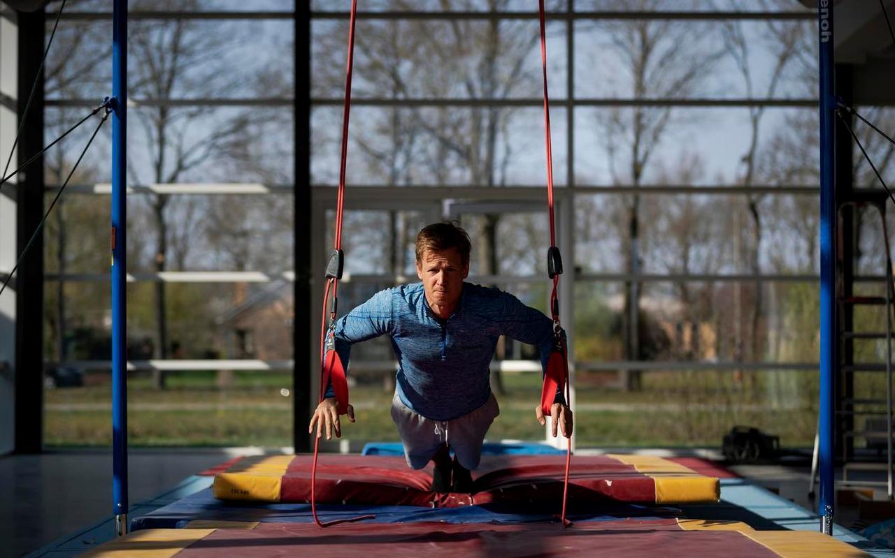 Epke Zonderland traint in het oude fitnesscentrum in Heerenveen dat hij zolang de coronacrisis duurt tot zijn beschikking heeft. Foto: ANP