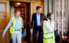 Premier Mark Rutte ontvangt een delegatie van de protestbeweging Gele Hesjes Nederland in zijn werkkamer in het Torentje. Rutte had ze enkele weken geleden uitgenodigd toen hij op verkiezingscampagne was in Roermond.