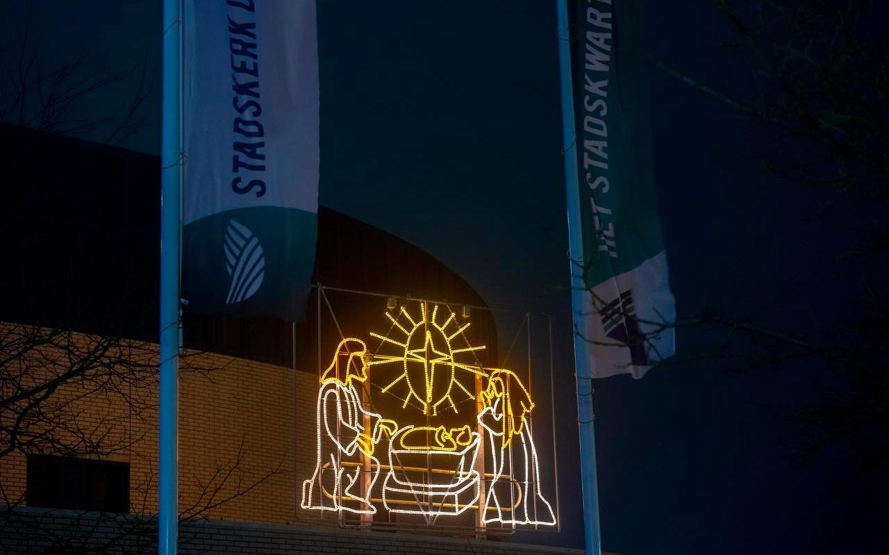 Bij Stadskerk De Wijngaard in Leeuwarden is deze verlichting buiten te zien.