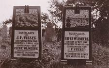 Graven van omgekomen reddingslieden in Hollum.