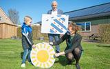 Hidde van der Bij (5) uit De Westereen, bekend als Jelte uit de RES-publiekscampagne 'Kies voor Jelte', samen met Sietske Poepjes en Bert Wassink.