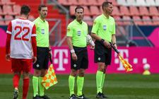 Het eerste optreden van Team Makkelie in de nieuwe samenstelling voorafgaande aan FC Utrecht - Feyenoord met (vanaf links) assistent Jan de Vries, scheidsrechter Danny Makkelie en de andere assistent Hessel Steegstra.