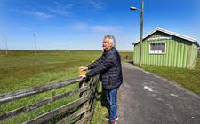 Voorzitter Piet de Boer van IJsclub Iendracht uit Hommerts kijkt uit over het terrein.