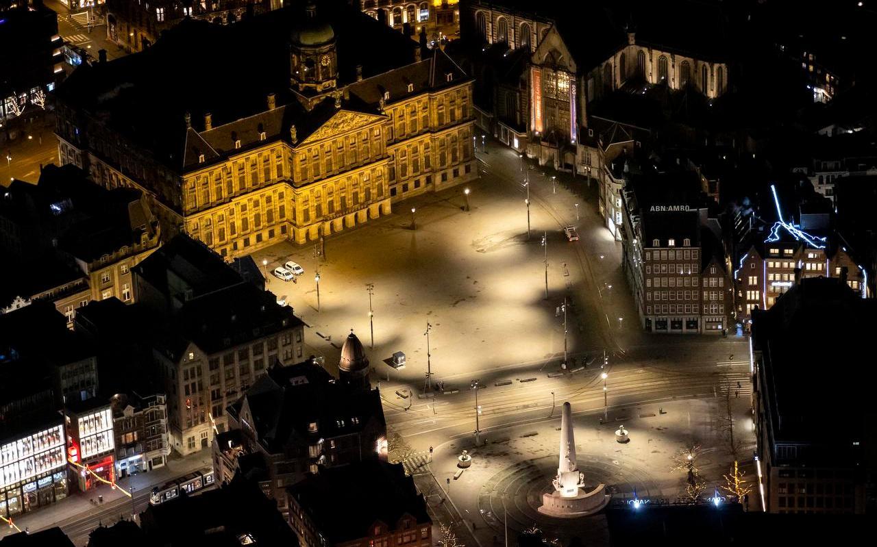 De Dam in Amsterdam vanuit de lucht na het ingaan van de avondklok.
