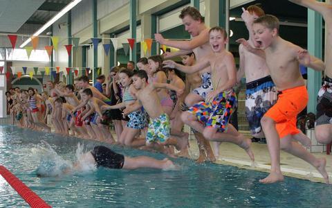 De jeugd in Bolsward kan opgelucht ademhalen: zwembad Vitaloo blijft in ieder geval de komende vier jaar open.