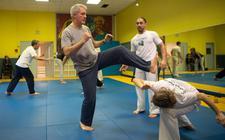 Een man met Parkinson neemt deel aan een groepsles Capoeira.