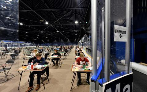 Zesdeklassers zitten op de ijshockeyvloer van de Elfstedenhal klaar voor het vwo-examen Nederlands.