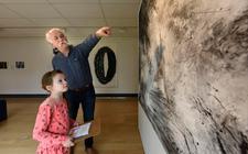 Opa Henk doet samen met kleindochter Noa de speurtocht in Museum Heerenveen.