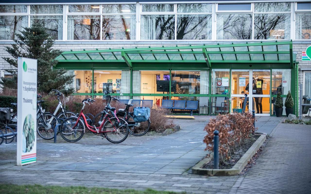 In woonzorgcentrum 't Suyderhuys in Surhuisterveen zijn veel mensen besmetgeraakt met de Britse coronavariant.