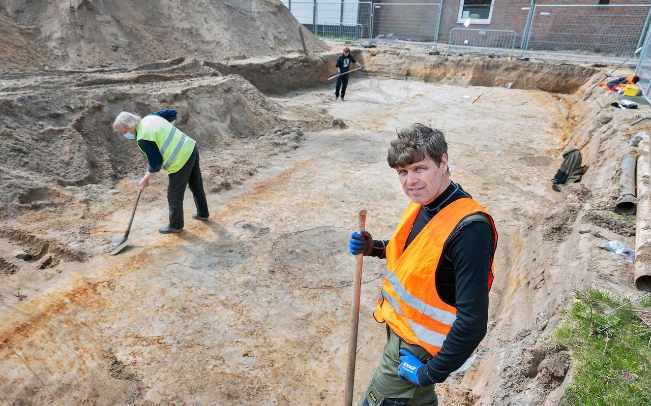 Archeoloog Jan de Koning bij de opgravingen aan de Lagersstraat in IJmuiden. Foto: United Photos/Paul Vreeker