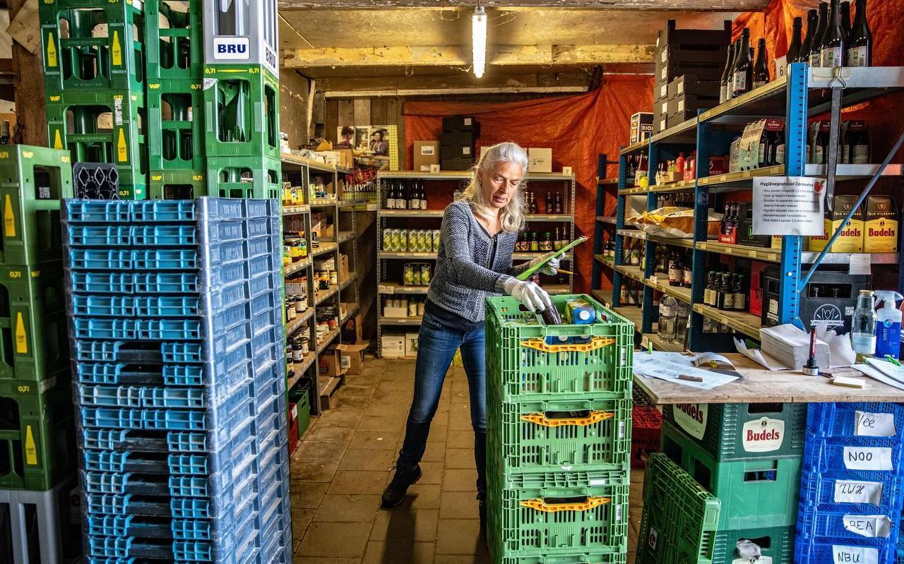 Sjoerdtje Feenstra Drukte maakt bestellingen klaar bij thuisbezorgwinkel It Griene Strân in Workum, eerder deze maand.