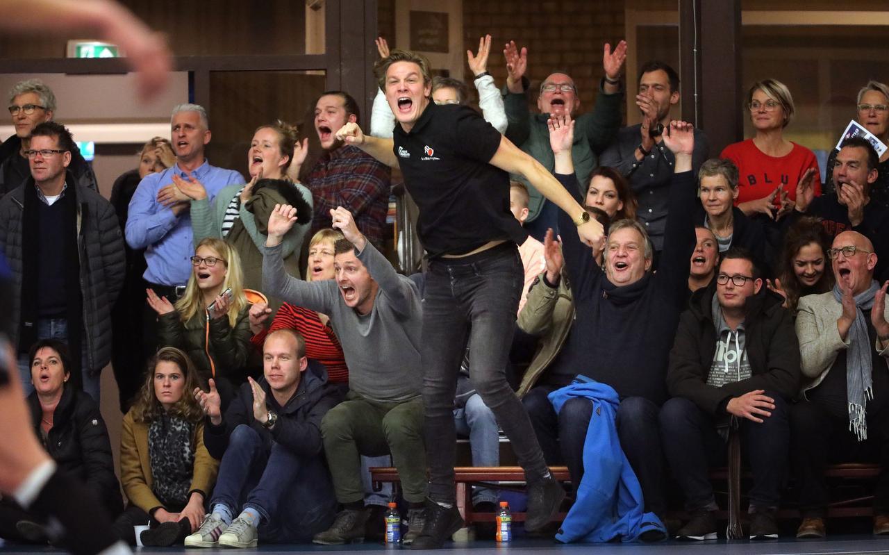 Wessel Bergsma (omhoog springend) en links van hem Marvin Smorenburg zijn door het dolle heen als Mid-Fryslân de achterstand in een voorsprong heeft omgezet SCO zal echter als laatste lachen.