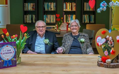 Het echtpaar Petrusma viert hun 65-jarig huwelijk.
