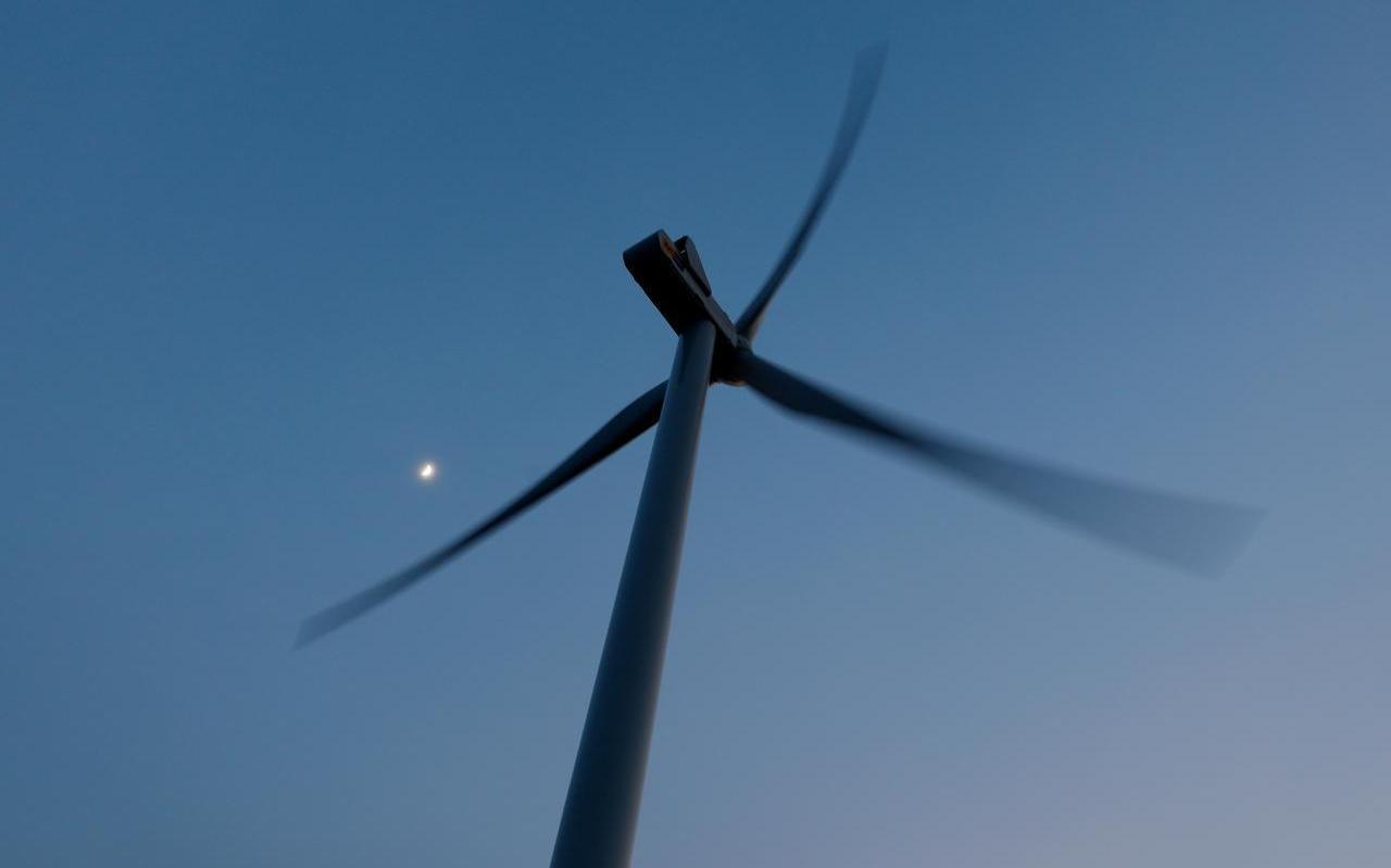 De werkzaamheden voor Windpark Fryslân zijn deze week van het land naar het water verplaatst.