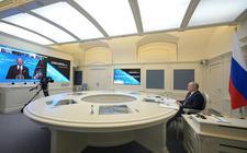 Poetin luistert naar een toespraak van Biden vanuit zijn kantoor in Moskou tijdens de recente virtuele klimaattop.