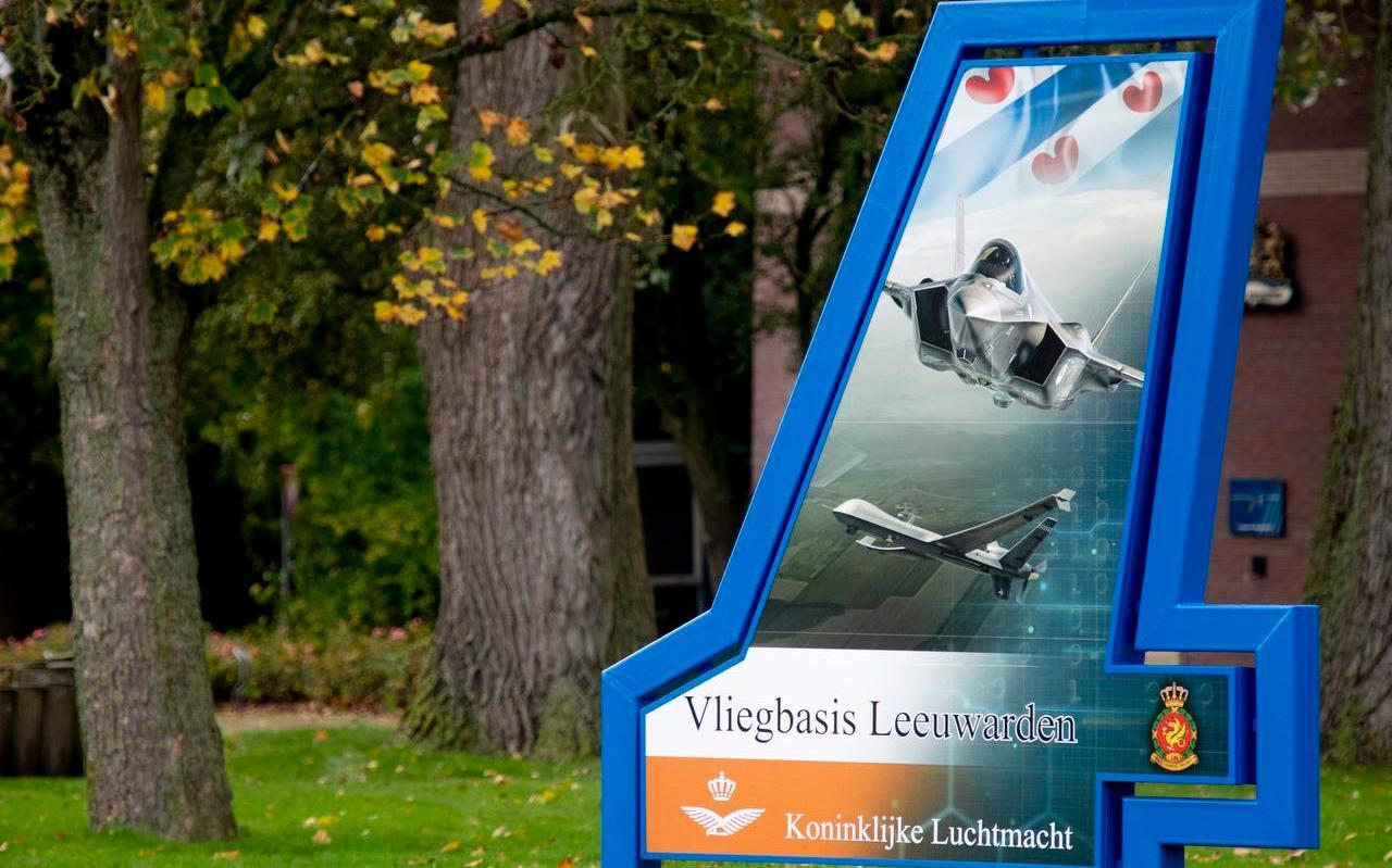 De entree van de Vliegbasis Leeuwarden is al aangepast op de toekomstige situatie, met bovenaan een F35 en daaronder een drone (Reaper)