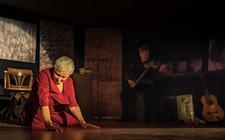 Inez Timmer als Ilse Weber in de voorstelling Holocaust-Hollywood die ze met Tseard Nauta deze maand op het Comenius College speelt.
