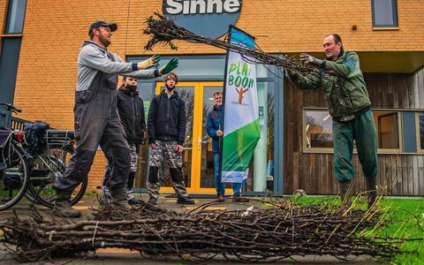 Tjalling Zijlstra (l) neemt van Oege Hiddema van Landschapsbeheer Friesland de eerste boopjesm in ontvangst bij Sinne in Sneek.