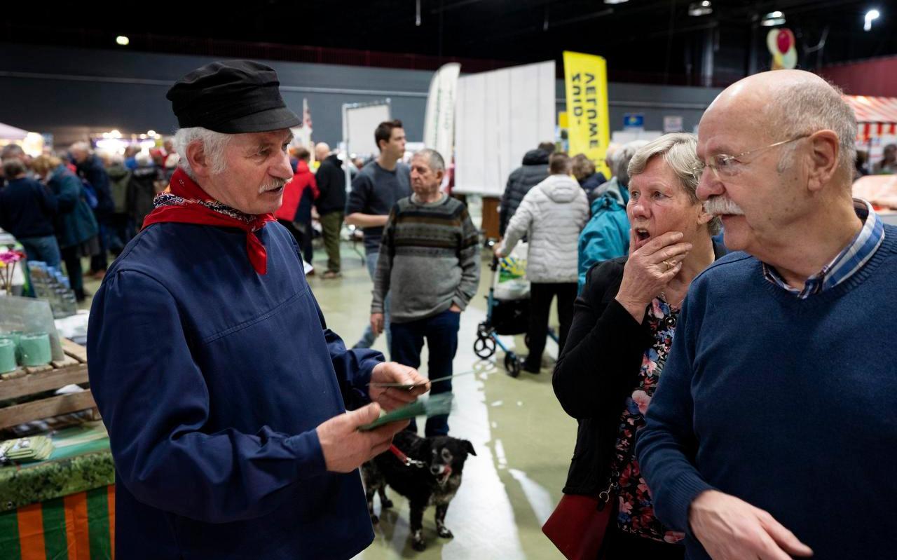 Wiebe en Anneke Koopmans kijken bij een van de standhouders op de beurs.  Foto: Hoge Noorden/Jaap Schaaf