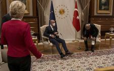 Commissievoorzitter Ursula von der Leyen krijgt van Erdogan geen stoel aangeboden.