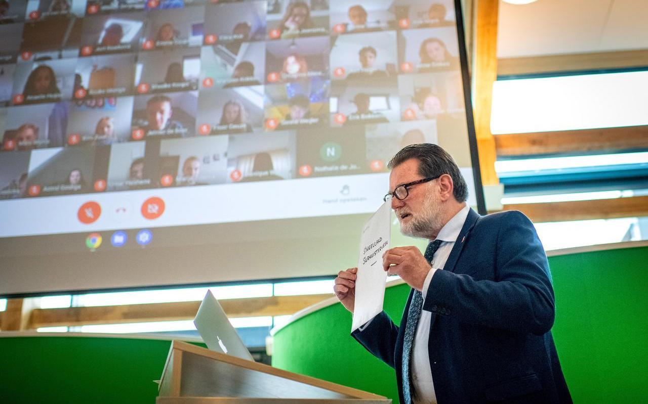 Gedeputeerde Klaas Fokkinga trapt het ECOLE-project af tijdens een virtuele bijeenkomst met leerlingen van twee middelbare en twee basisscholen.