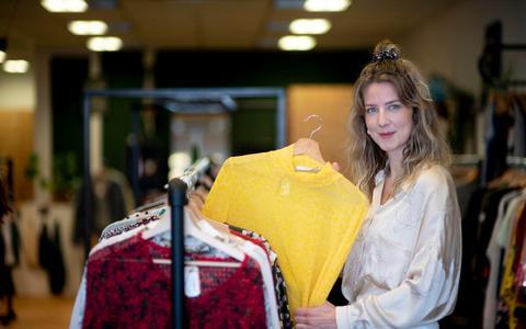 """Julia Visser in haar winkel Regverdig. ,,Zelf koop ik ook tweedehands kleding uit mijn eigen winkel."""""""