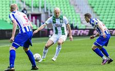 Arjen Robben (m) heeft Lucas Woudenberg (l) en Tibor Halilovic tegenover zich.