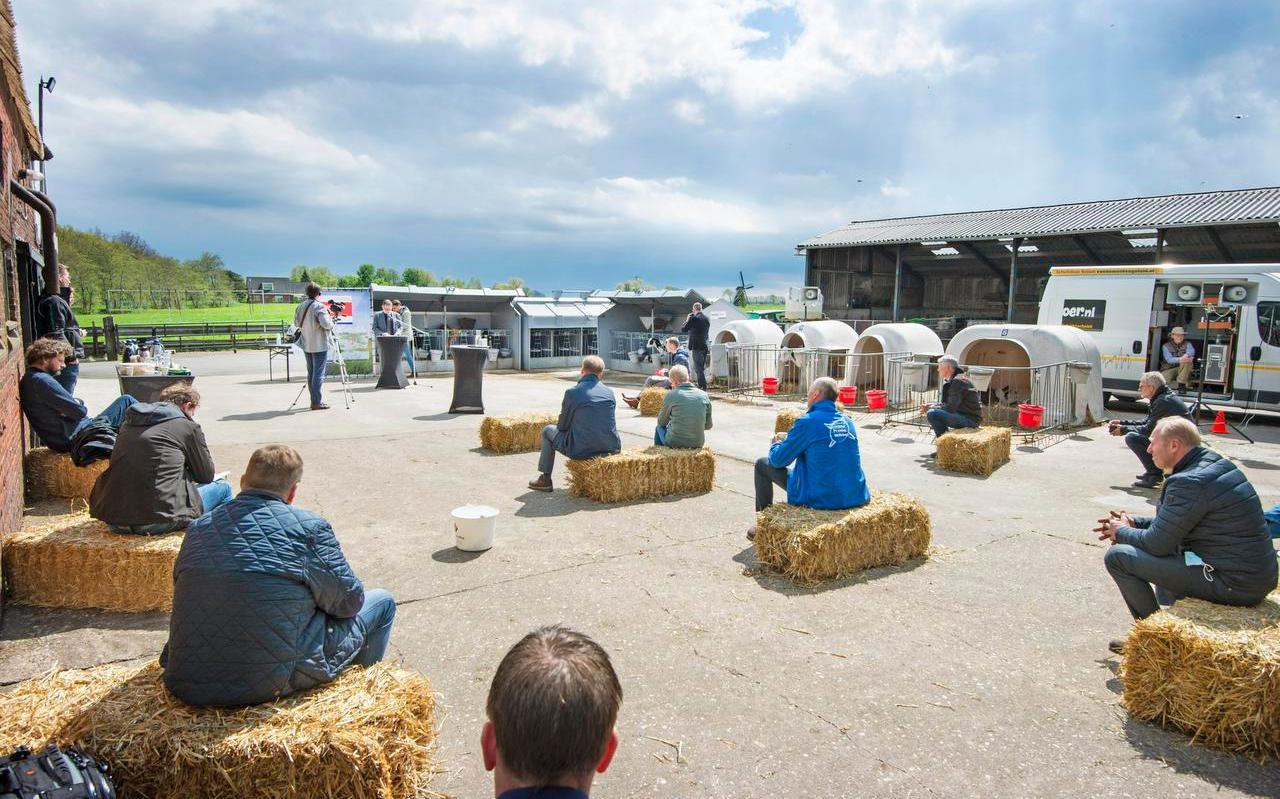 Gedeputeerde Klaas Fokkinga presenteert de Landbouwagenda in Damwâld. Foto: Marcel van Kammen