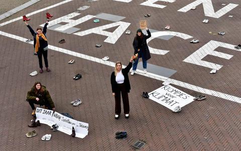 Onder het motto Fridays For Future organiseren jongeren al enige tijd demonstraties, zoals hier op het Oldehoofsterkerkhof in Leeuwarden. Ze vragen daarmee aandacht voor het klimaat.Schrijfster Naomi Klein vindt dat een uitstekende zaak.