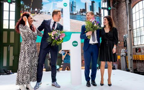 Hugo de Jonge (l) en Pieter Omtzigt met hun partners tijdens de bekendmaking van de uitslag van de tweede stemronde om het lijsttrekkerschap van het CDA.