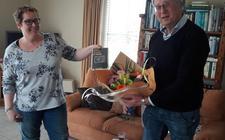 KFFB-bestjoerslid Martsje de Jong overhandigt het eerste exemplaar van de debuutroman aan schrijver Klaas Elgersma.