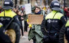 Volgens politiebond ACP komt de onvrede tegen het regeringsbeleid, bijvoorbeeld protesten tegen coronamaatregelen, zoals op het Museumplein in Amsterdam op het bordje van de politie terecht.