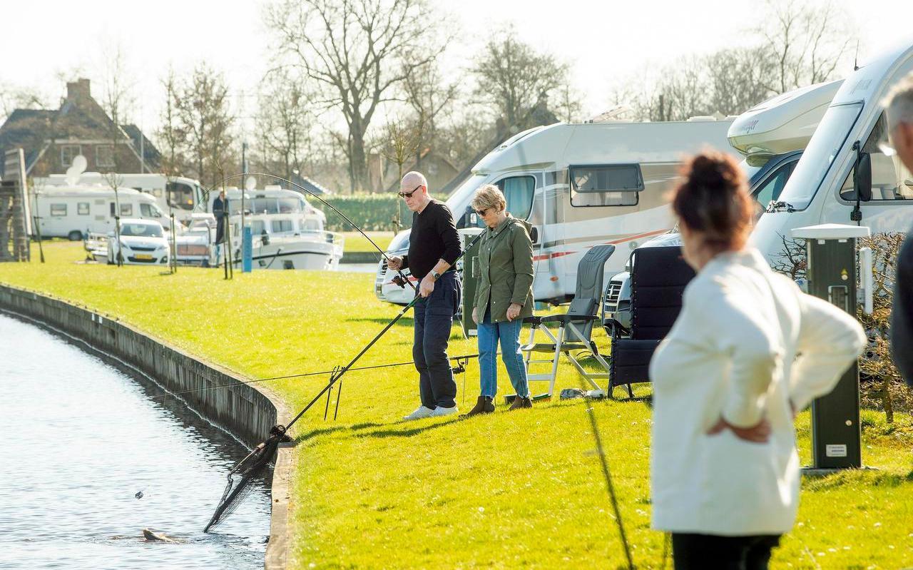 Het begint al druk te worden bij camperplaats en jachthaven Kuikhorne bij De Westereen, waar Dirk van Willigen en zijn vrouw Sonja net een vis hebben gevangen.