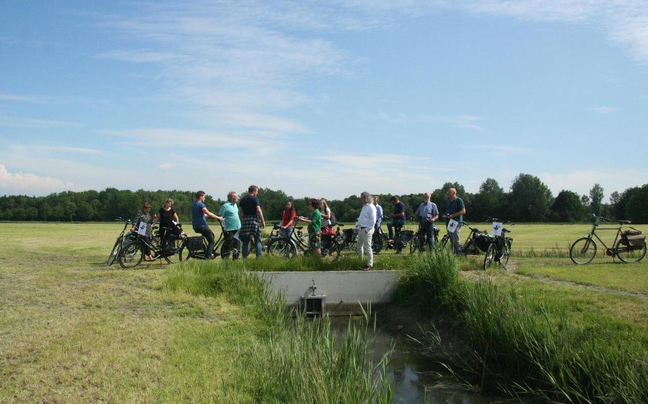 Een gezelschap van de gemeente Leeuwarden en Wetterskip Fryslân maakte een fietstocht langs kunstwerken die speciaal voor dit project zijn aangelegd.