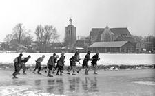 Deelnemers aan de Elfstedentocht schaatsen hier op de Dolte bij het Friese stadje Workum. Foto: ANP