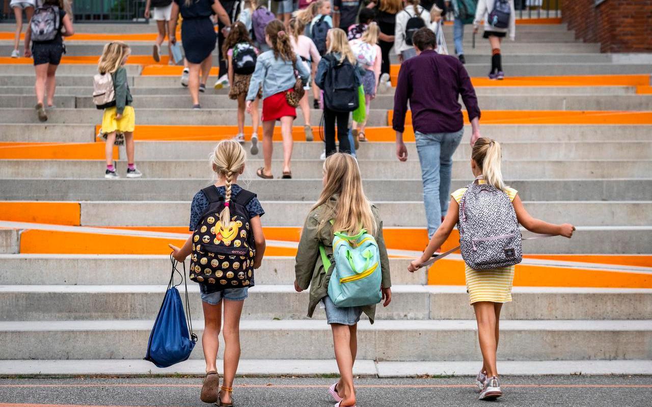 Leerlingen op weg naar school. Bij de nieuwe aanbestedingen voor jeugdzorg in Fryslân zullen naar verwachting strengere criteria worden aangehouden.