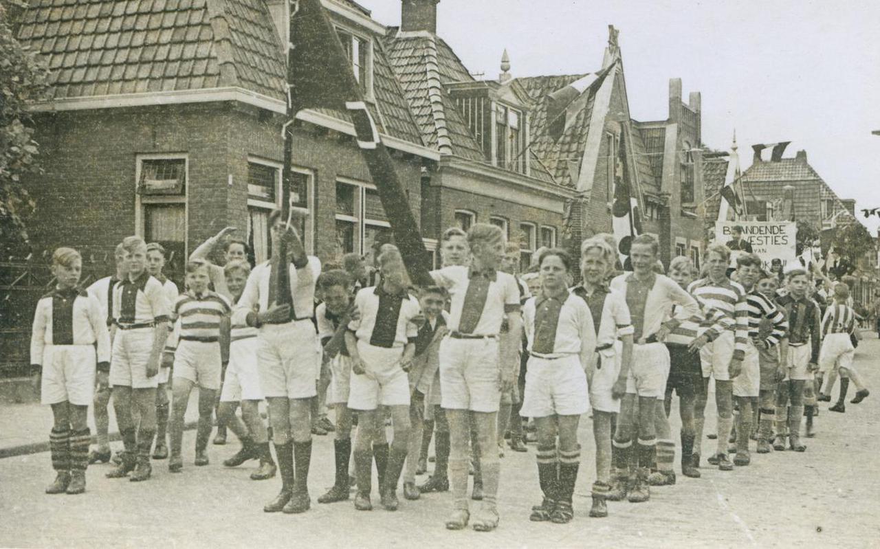 25 mei 1945. Jeugdspelers van Amsterdamse voetbalclubs Ajax, DWS, Blauw-Wit en De Volewijckers defileren tijdens de bevrijdingstoptocht in Heerenveen op De Dracht. Foto: Museum Heerenveen