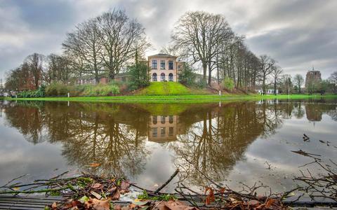 Hoog water in Leeuwarden. Door de klimaatverandering zal wateroverlast steeds vaker voorkomen.