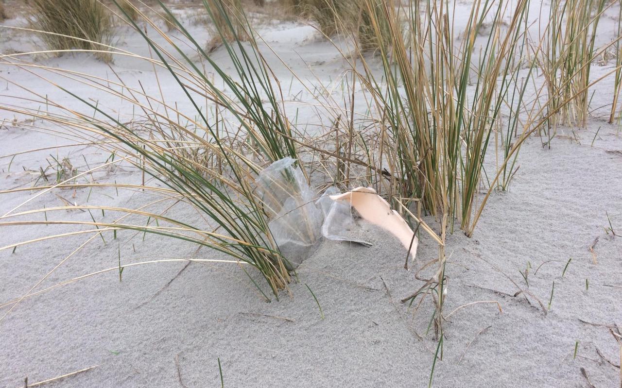Plastic afval op de Waddenstranden raakt langzaam onder het zand.