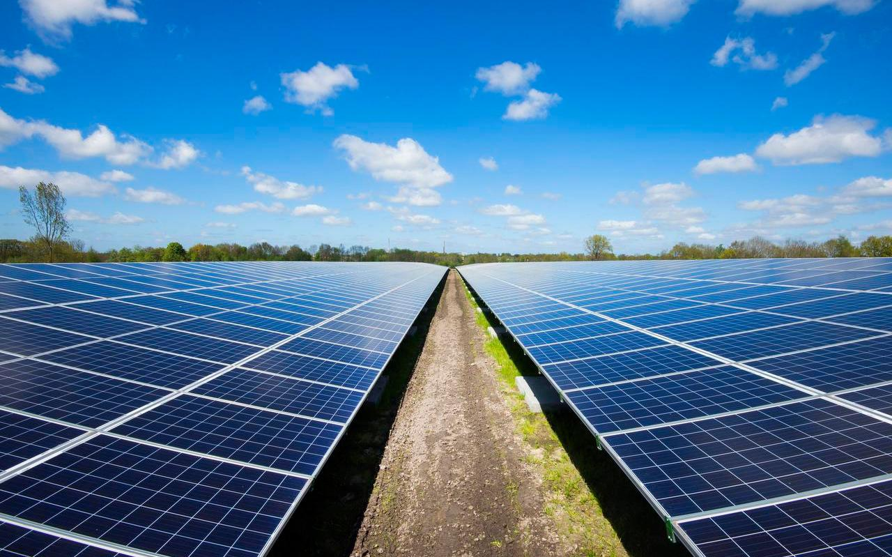 Ten zuidoosten van Sexbierum moet een zonnepark komen zoals er nu al een ligt bij Garyp (foto), als het aan de gemeente Waadhoeke ligt.