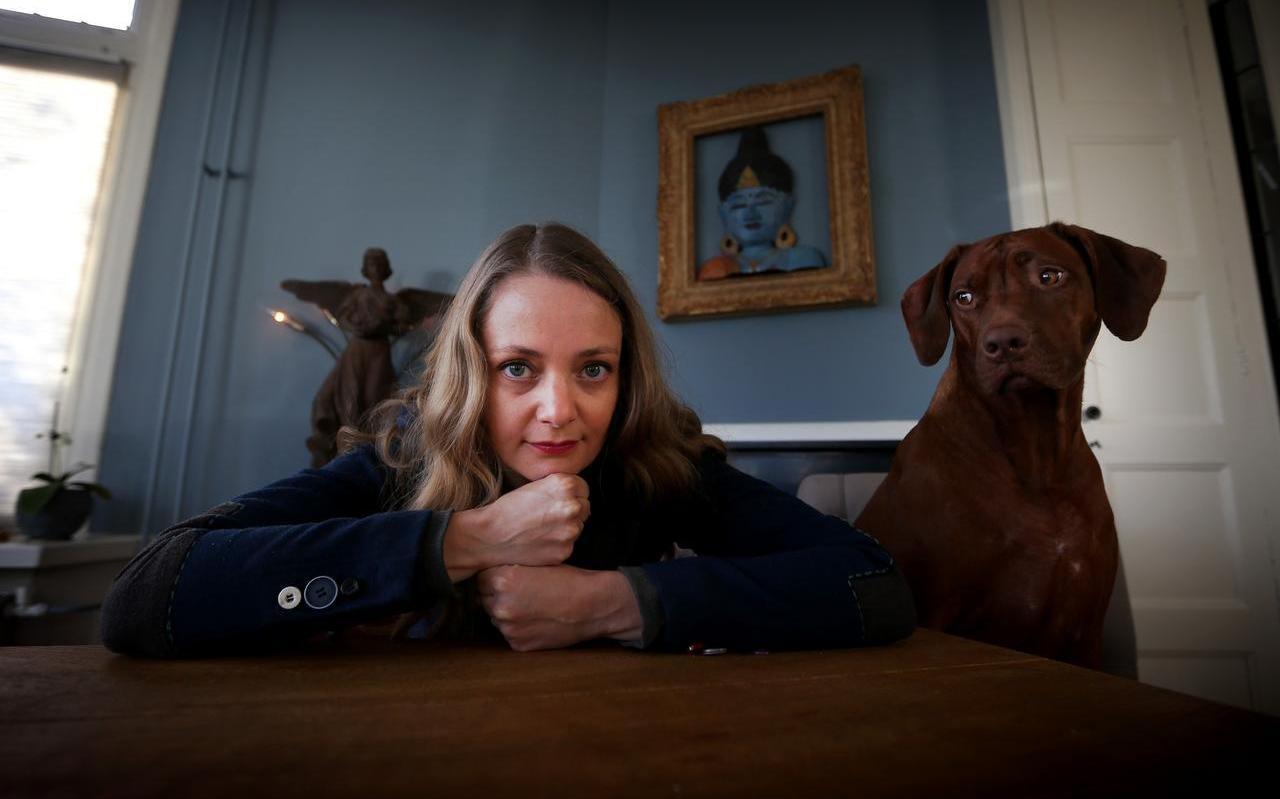 Theatermaakster Tet Rozendal haalt na een hevige val veel inspiratie uit de natuur en haar hond Famke.