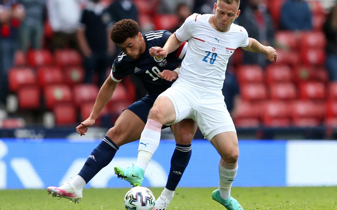 Che Adams (links) van Schotland in duel met Matej Vydra, tijdens de wedstrijd Tsjechië - Schotland dit EK.