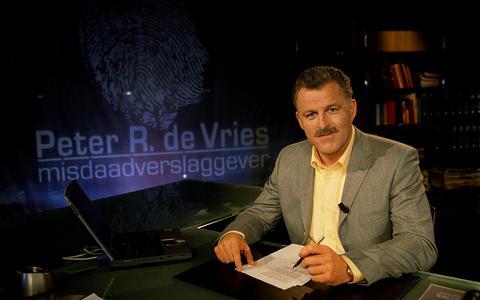 Peter R. de Vries in het decor van zijn eigen misdaadprogramma in 2002.