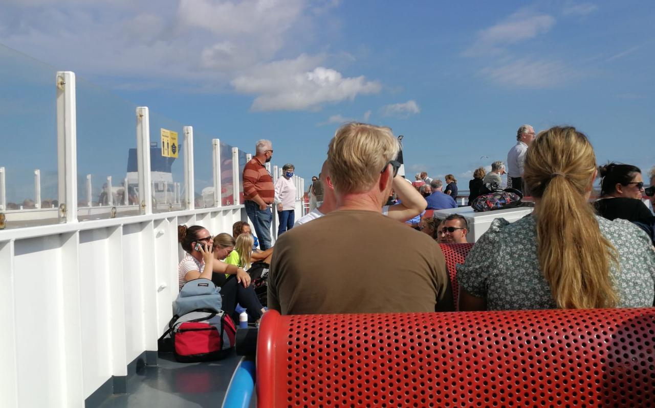 Toeristen op de veerboot vanaf Schiermonnikoog.