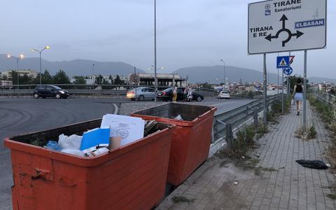 De vuilnisbakken, de rotonde en op de achtergrond de Albanese bergen.