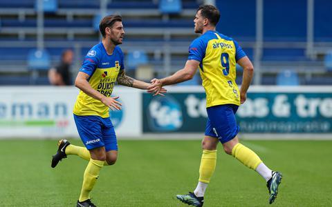 Tom Boere (r) geeft zijn vervanger Sam Hendriks een hand tijdens het duel met PEC Zwolle.