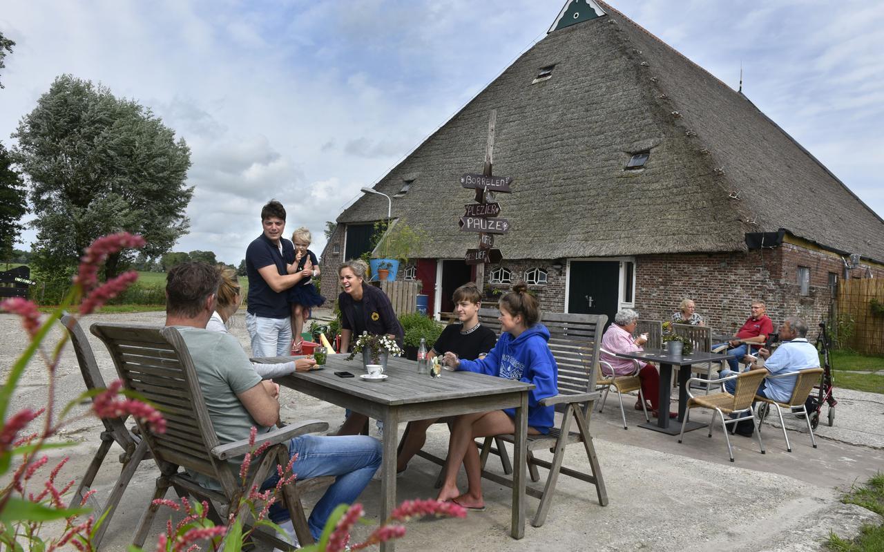 Jori Bottema, dochter Anne-Famke en Wini Weidenaar maken een praatje met gasten op Anne-Famkes Pleats.